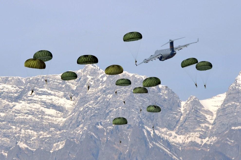 1. WŁOCHY, Aviano, 11 marca 2011: Amerykańscy spadochroniarze wyskakują z pokładu Boeinga C-17. AFP PHOTO / GIUSEPPE CACACE
