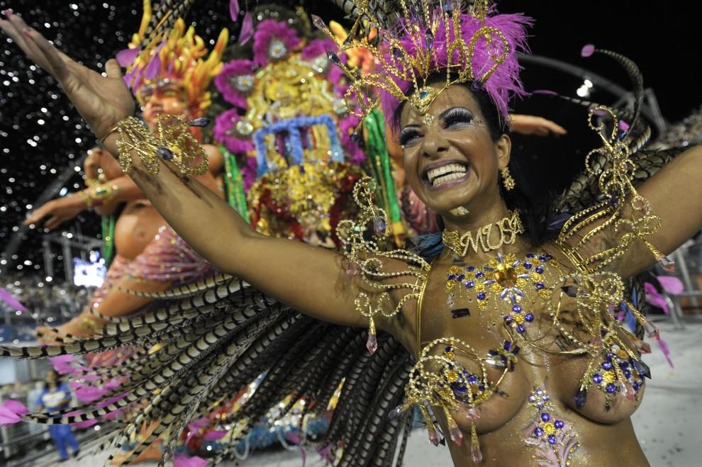 1. BRAZYLIA, Sao Paulo, 6 marca 2011: Tancerka samby reprezentująca szkołę Aguia de Ouro. AFP PHOTO / MAURICIO LIMA