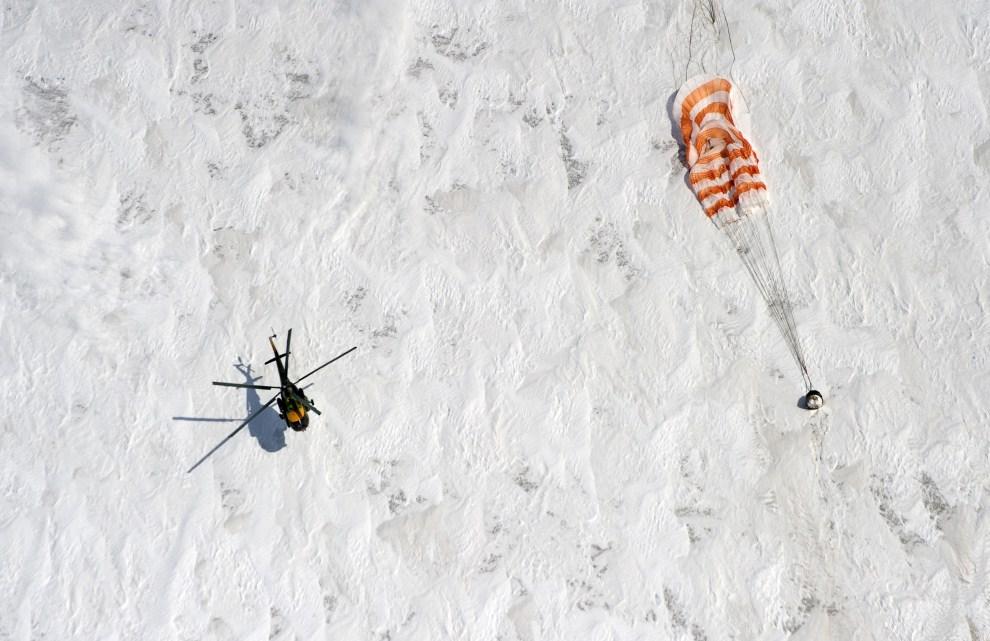 1. KAZAHSTAN, Arkałyk, 16 marca 2011: Helikopter należący do Federalnej Agencji Kosmicznej ląduje w pobliżu kapsuły Sojuz, która wróciła z MSK (Międzynarodowa Stacja Kosmiczna). AFP PHOTO / DMITRY KOSTYUKOV