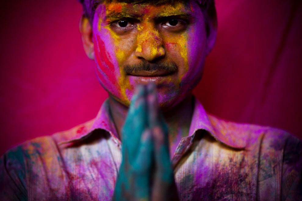 1. INDIE, Vrindavan, 21 marca 2011: Mężczyzn obsypany kolorowymi proszkami w świątyni Bankey Bihari. (Foto: Majid Saeedi/Getty Images)