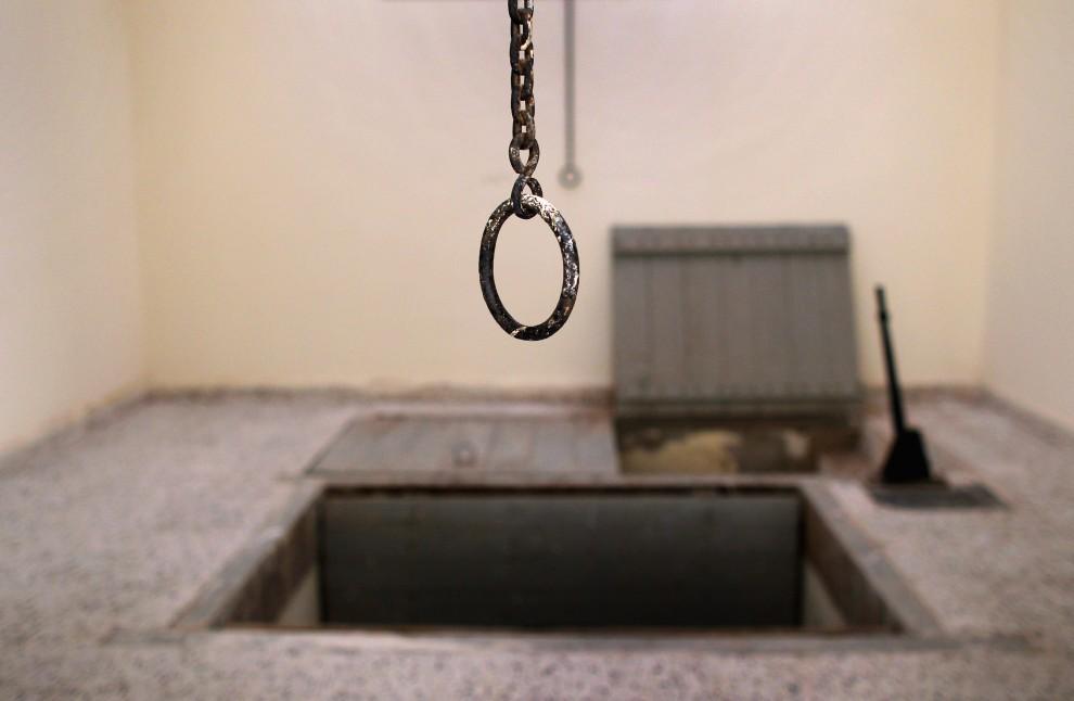 20. LIBIA, Benghazi, 1 marca 2011: Szubienica w opuszczonym więzieniu, z którego więźniowie zbiegli przed tygodniem. (Foto:  John Moore/Getty Images)