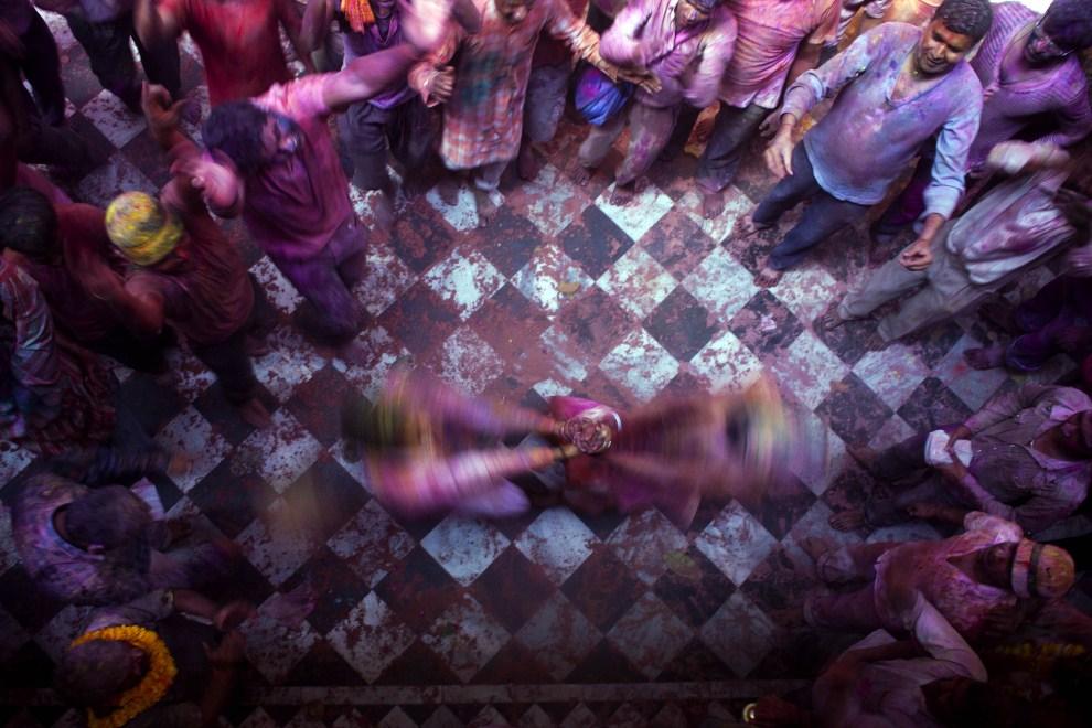 20. INDIE, Vrindavan, 21 marca 2011: Wierni tańczący podczas zabawy z okazji Festiwalu Kolorów. (Foto: Majid Saeedi/Getty Images)