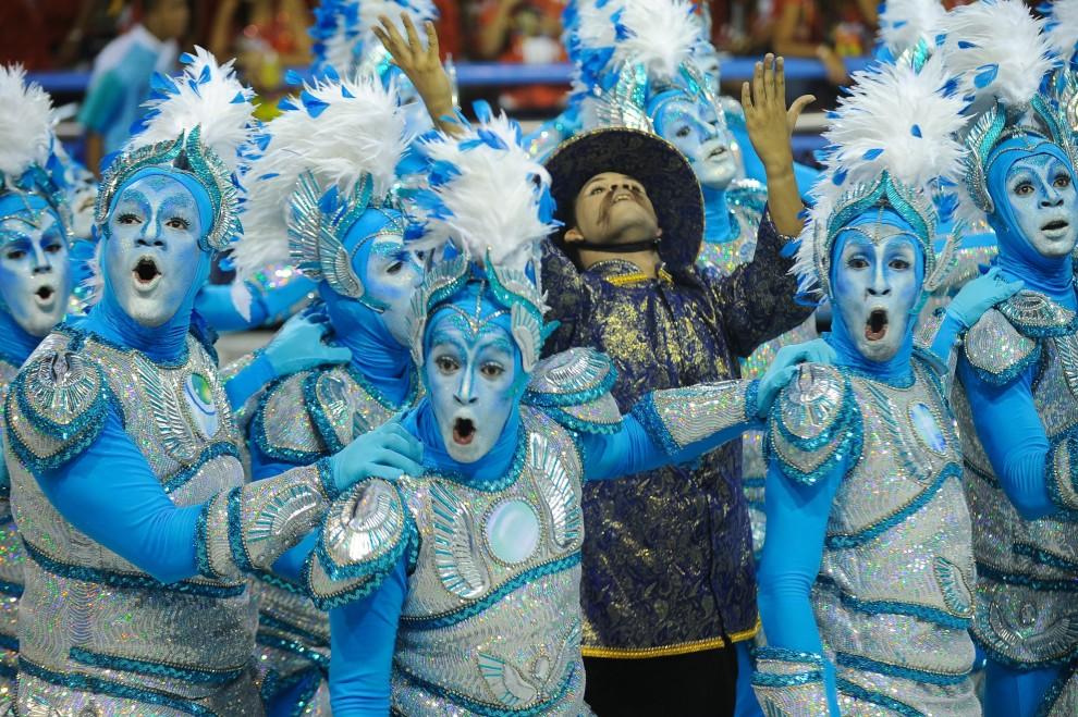 20. BRAZYLIA, Rio de Janeiro, 6 marca 2011: Występ tancerzy szkoły Portela na Sambodromie. PAP/EPA.
