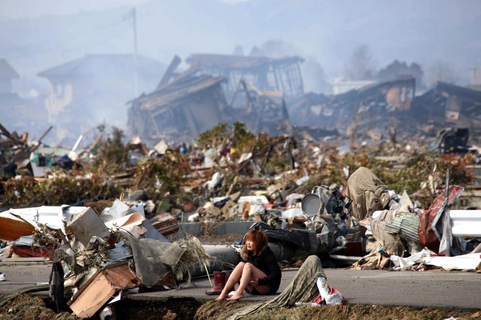20. JAPONIA, Natori, 14 marca 2011: Rozpaczająca kobieta pośród gruzów. EPA/STRINGER/ASAHI SHIMBUN