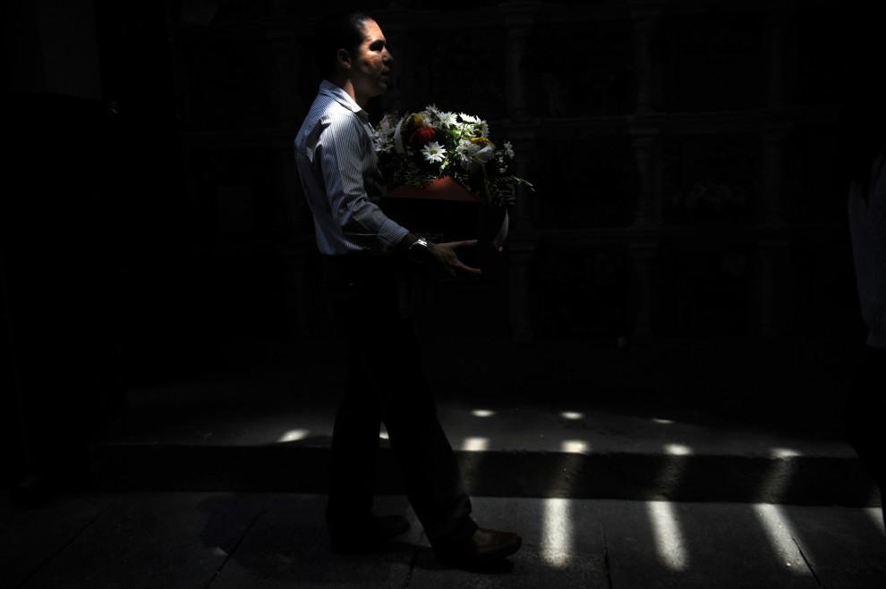21. KOLUMBIA, Medellín, 25 lutego 2011: Mężczyzna niesie trumnę z ciałem bliskiego, odkrytym w masowym grobie – pozostałości po działaniach lewicowej partyzantki. AFP PHOTO/Raul ARBOLEDA