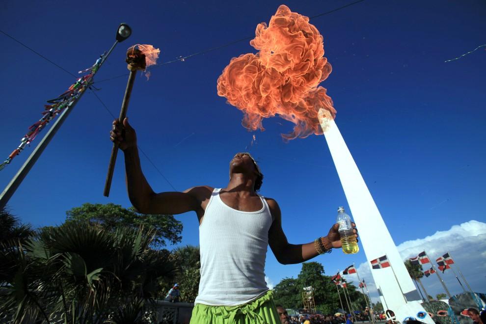 21. DOMINIKANA, Santo Domingo, 6 marca 2011: Połykacz ognia uczestniczący w karnawałowej paradzie. AFP/ ERIKA SANTELICES