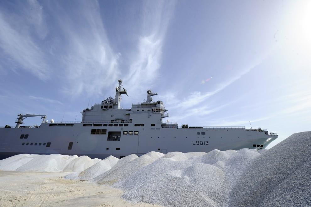 21. TUNEZJA, Zarzis, 7 marca 2011: Francuska jednostka z pomocą humanitarną wpływa do portu w Zarzis. AFP PHOTO/ DOMINIQUE FAGET