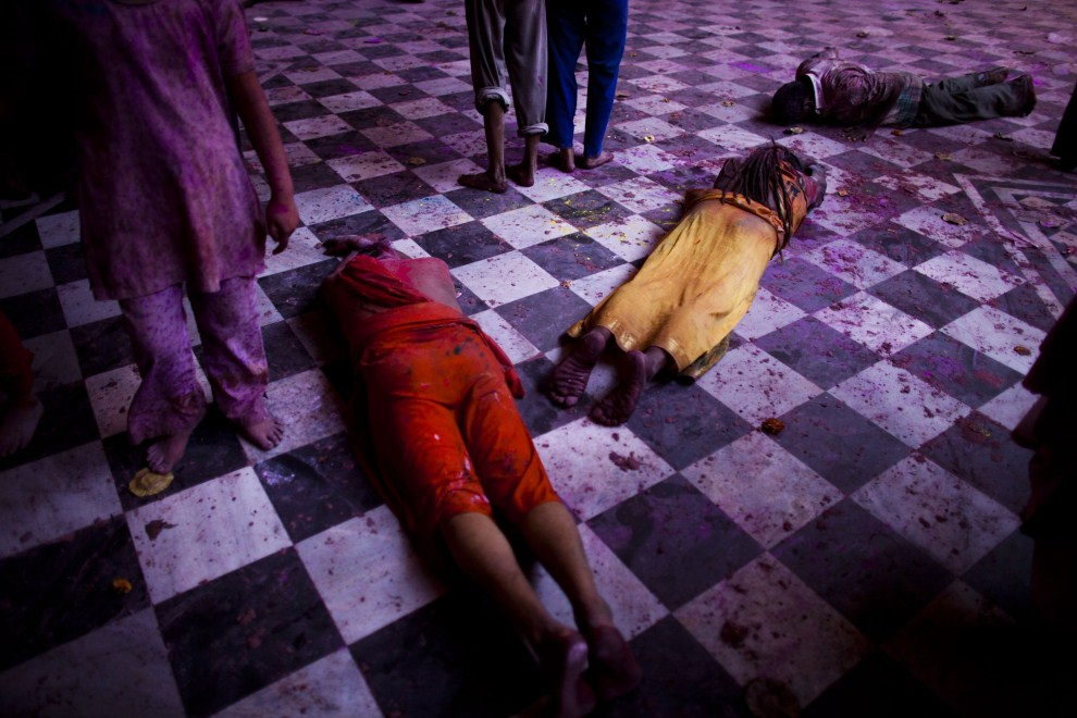 21. INDIE, Vrindavan, 21 marca 2011: Wierni w trakcie modlitwy w świątyni. (Foto: Majid Saeedi/Getty Images)