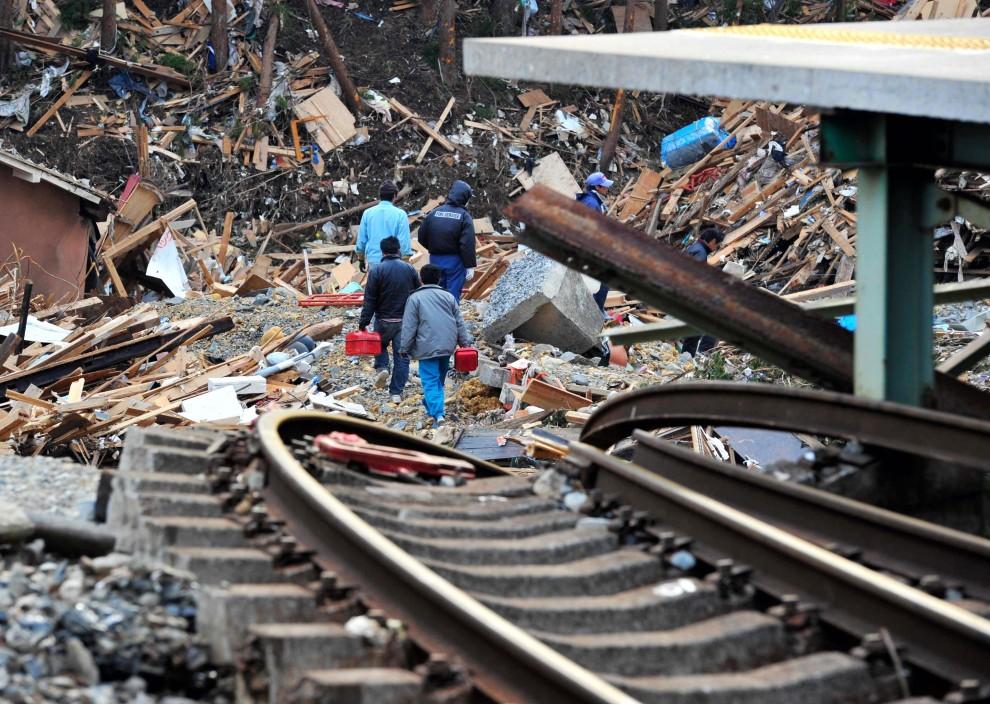 21. JAPONIA, Kesennuma, 15 marca 2011: Zniszczone tory kolejowe i część miasta Kesennuma. EPA/STRINGER /ASAHI SHIMBUN