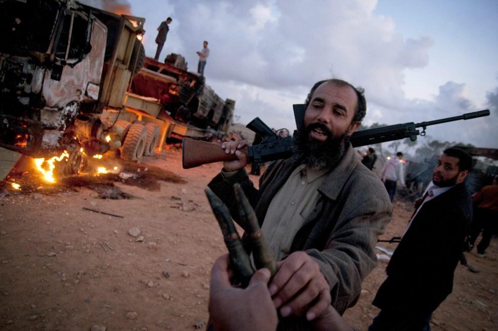 20. LIBIA, Benghazi , 20 marca 2011: Konwój wojskowy oddziałów Muammara Kadafiego zniszczony podczas nalotu. EPA/MANU BRABO