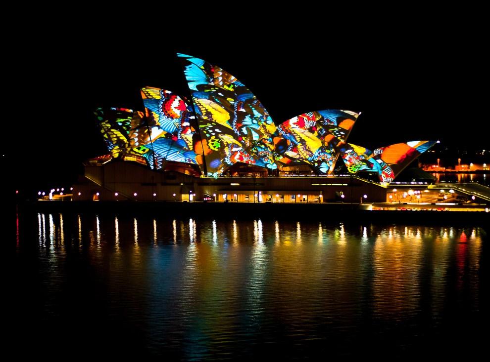 22. AUSTRALIA, Sydney, 17 marca 2011: Illuminacje na budynku Sydney Opera House przed występem Orkiestry Symfonicznej YouTube. AFP PHOTO / GOOGLE / Chris PHILLIPS