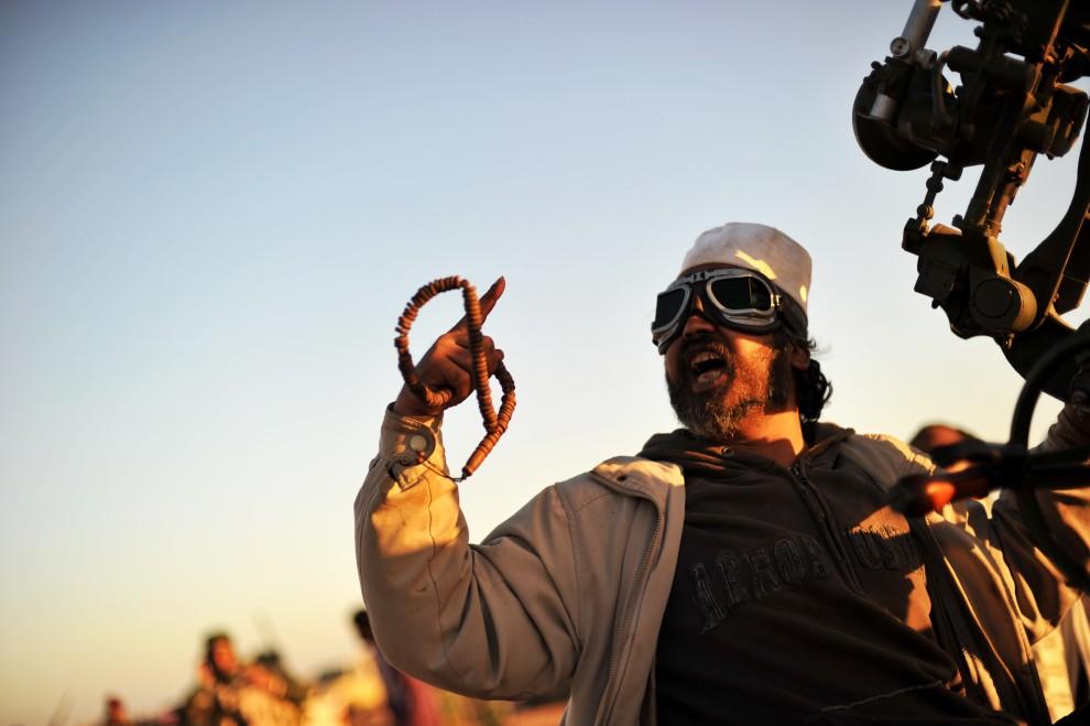 22. LIBIA, Ras Lanuf, 6 marca 2011: Rebeliant obsługujący działo przeciwlotnicze. AFP PHOTO / ROBERTO SCHMIDT