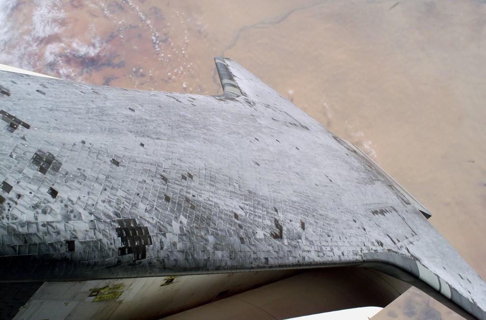 22. Przestrzeń kosmiczna, 3 sierpnia 2005: Kadłub wznoszącego się wahadłowca Discovery. AFP PHOTO/NASA/