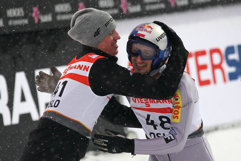 22. NORWEGIA, Oslo, 26 lutego 2011: Kamil Stoch gratuluje Adamowi Małyszowi po skoku na zawodach w Oslo. (Foto: Christof Koepsel/Bongarts/Getty Images)