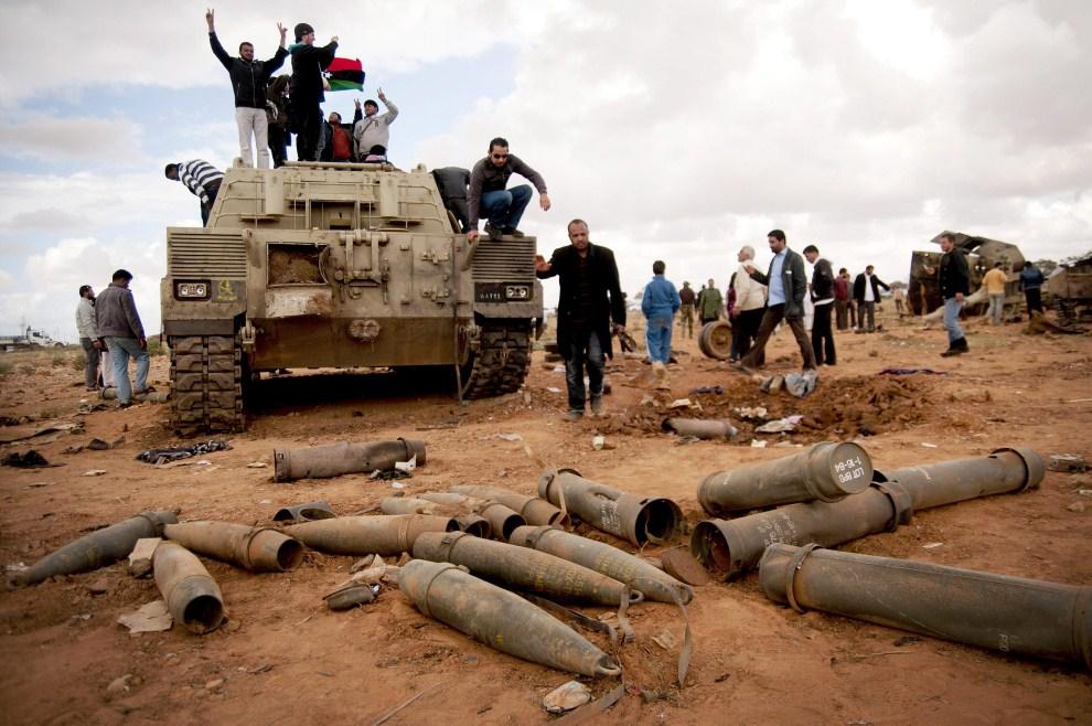 21. LIBIA, Benghazi , 20 marca 2011: Rebelianci i cywile na zniszczonych pojazdach oddziałów Muammara Kadafiego. EPA/MANU BRABO