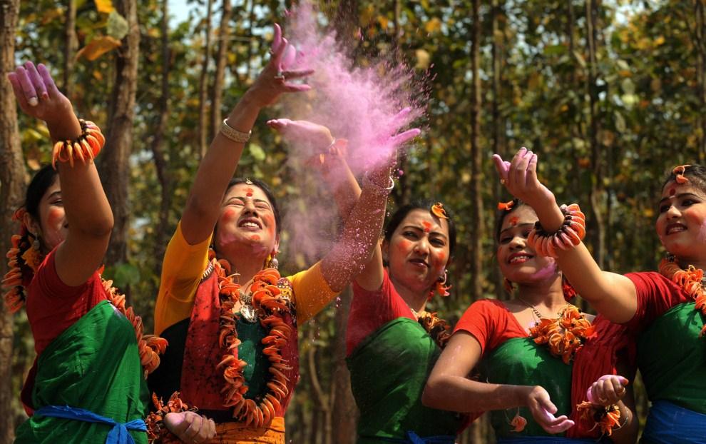 23. INDIE, Siliguri, 12 marca 2011: Tancerki podczas próby przed uroczystymi obchodami festiwalu wiosny (Vasantotsav). AFP PHOTO/Diptendu DUTTA