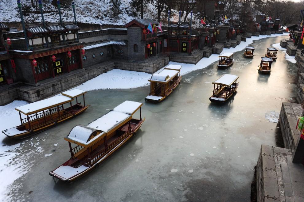 23. CHINY, Pekin, 27 lutego 2011: Łodzie na zamarzniętym kanale. AFP PHOTO