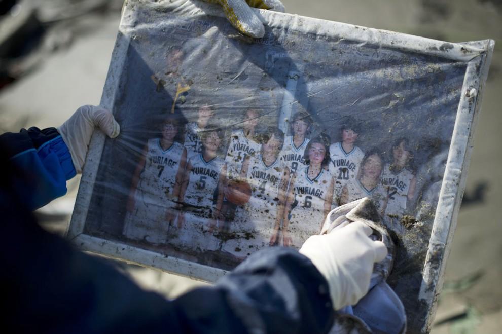 23. JAPONIA, Sendai, 14 marca 2011: Zdjęcie wydobyte z gruzów zniszczonego budynku. AFP PHOTO