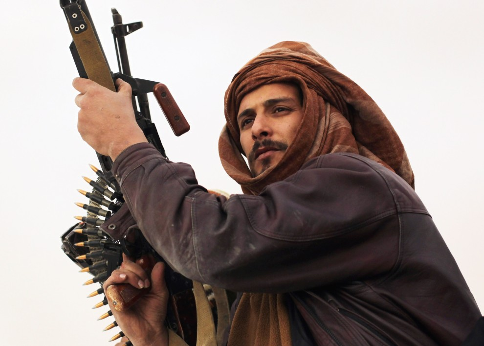 23. LIBIA, Adżdabija, 27 lutego 2011: Rebeliant na punkcie kontrolnym. (Foto:  John Moore/Getty Images)