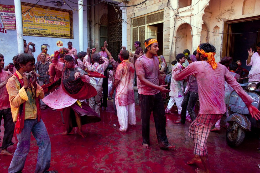 23. INDIE, Vrindavan, 21 marca 2011: Wierni tańczą na ulicy w Vrindavan. (Foto: Majid Saeedi/Getty Images)