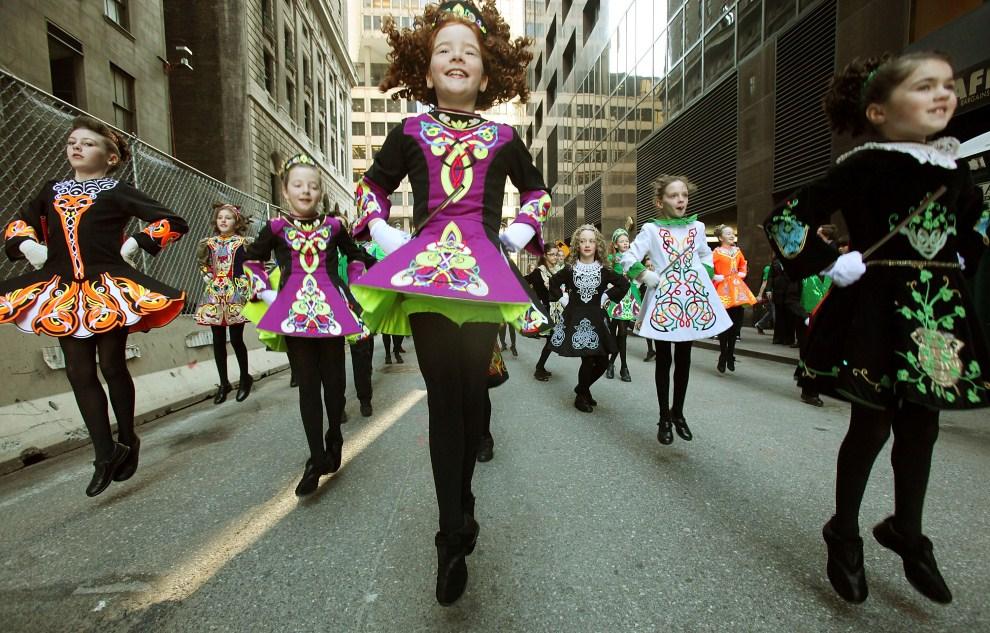24. USA, Nowy Jork, 17 marca 2011: Małe tancerki uczestniczące w 250. paradzie z okazji dnia Św. Patryka. Mario Tama/Getty Images/AFP