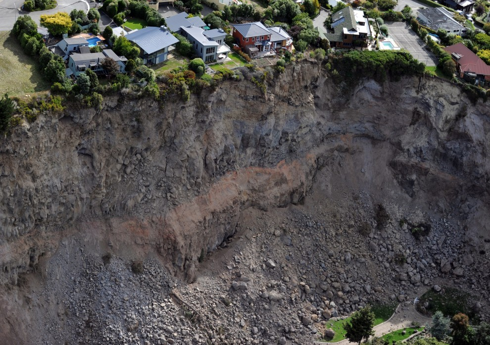 24. NOWA ZELANDIA, Redcliffs, 27 lutego 2011: Posiadłości na krawędzi zbocza osuniętego w wyniku trzęsienia ziemi. AFP PHOTO / Torsten BLACKWOOD