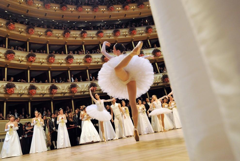 24. AUSTRIA, Wiedeń, 3 marca 2011: Występ baletu austriackiego podczas otwarcia balu w Operze Wiedeńskiej. AFP PHOTO / JOE KLAMAR