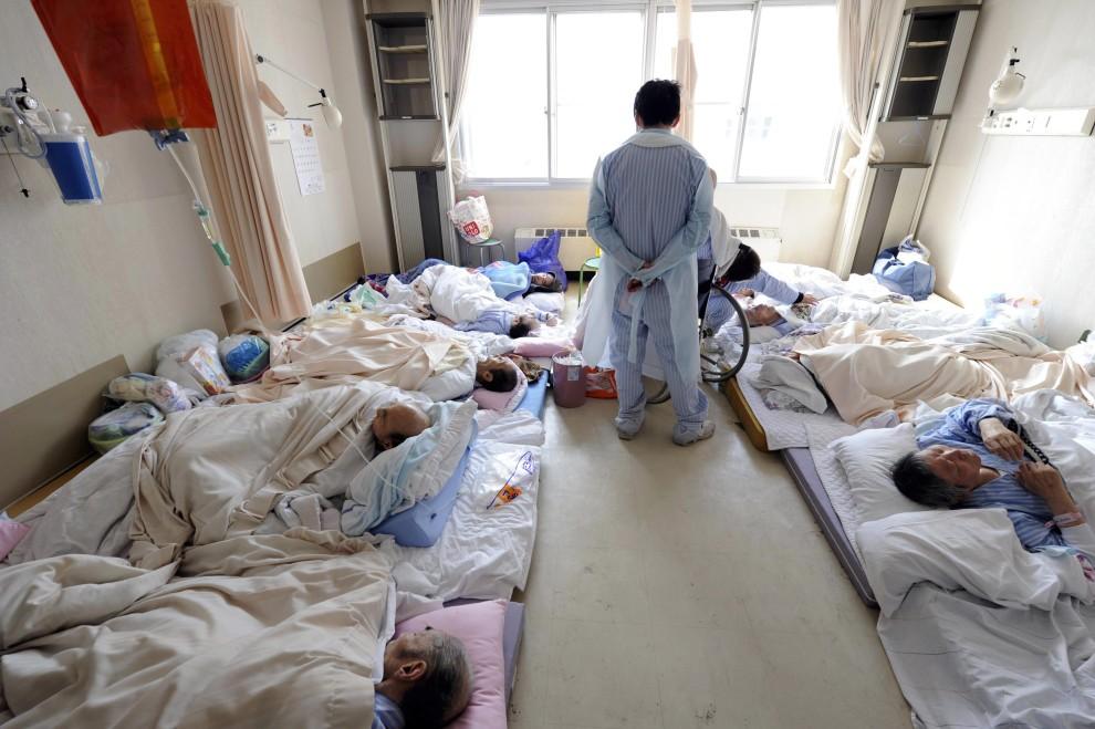 24. JAPONIA, Otsuchi, 13 marca 2011: Pacjenci w szpitalu w  Otsuchi. AFP PHOTO / YOMIURI SHIMBNUN