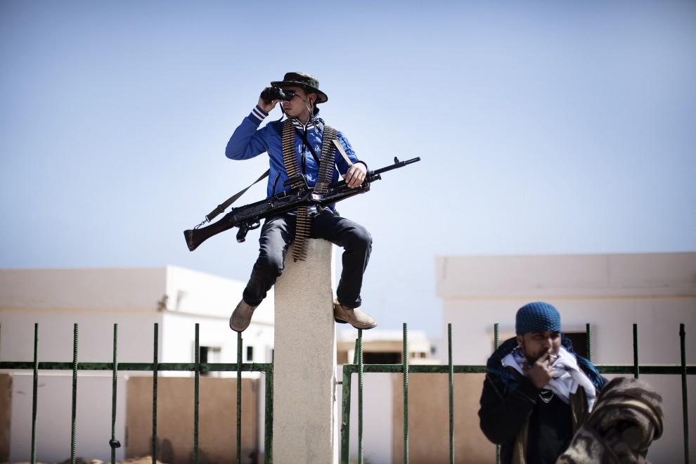 24. LIBIA, Ras Lanuf, 8 marca 2011: Rebelianci obserwują niebo w okolicy Ras Lanuf. AFP PHOTO / MARCO LONGARI