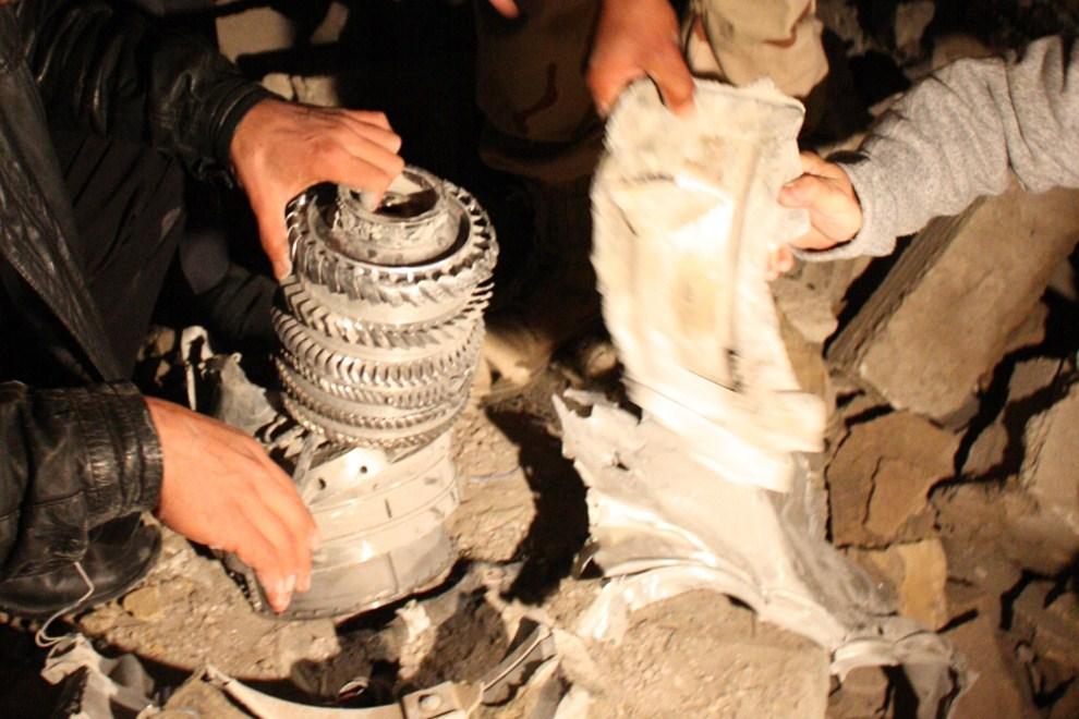 23. LIBIA, Trypolis, 20 marca 2011: Szczątki pocisku jaki spadł na rezydencję  Muammara Kadafiego. AFP PHOTO / Imed Lamloum