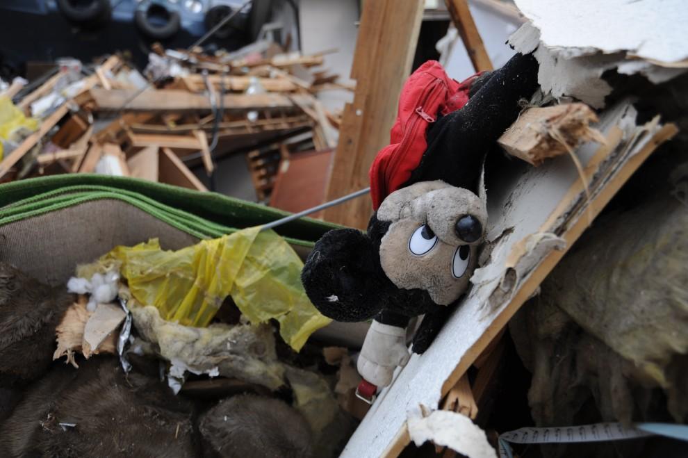 24. JAPONIA, Ofunato, 15 marca 2011: Dziecięca zabawka pośród gruzów. AFP PHOTO/HO/US NAVY/MCS1 Class Matthew M. Bradley