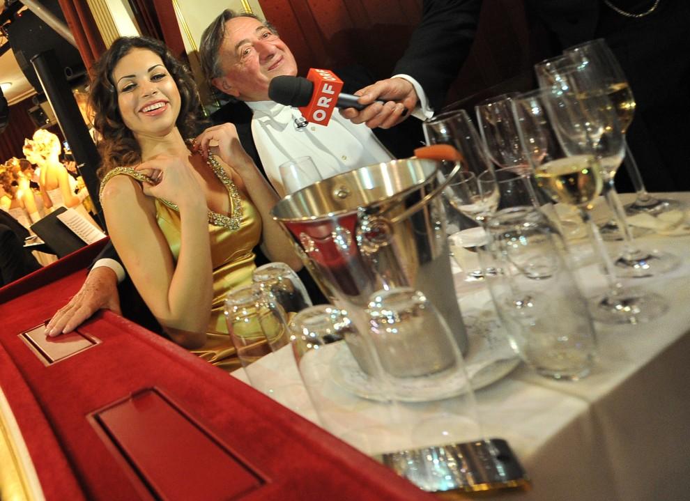 25. AUSTRIA, Wiedeń, 3 marca 2011: Karima el-Mahroug aka Ruby, w towarzystwie austriackiego biznesmena Richard Lugner, na balu w Operze Wiedeńskiej. AFP PHOTO / JOE KLAMAR