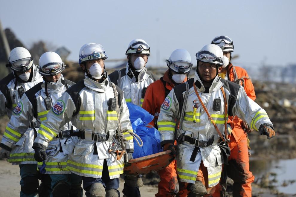 25. JAPONIA, Sendai, 11 marca 2011: Ratownicy niosą ciało wydobyte z gruzów. AFP PHOTO / Philippe Lopez
