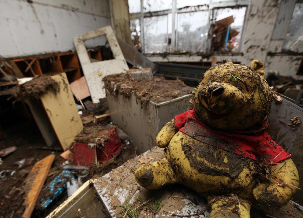 25. JAPONIA, Higashimatsushima, 15 marca 2011: Miś – zabawka wewnątrz zalanego domu. AFP PHOTO / JIJI PRESS