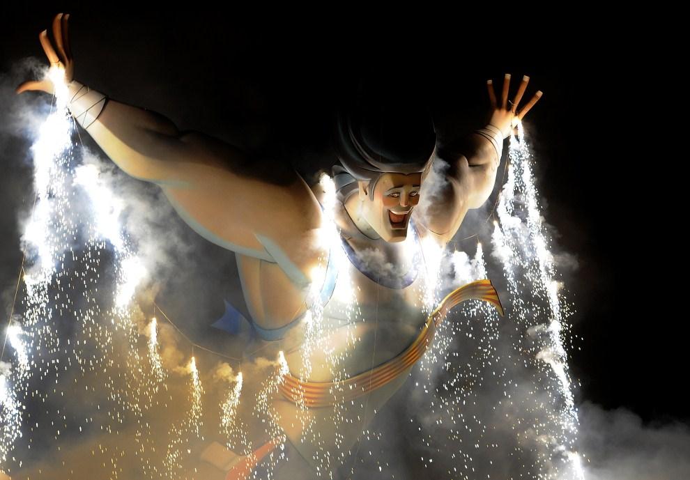 """25. HISZPANIA, Walencia, 19 marca 2011: Płonąca rzeźba (zwana """"ninot"""") w ostatnim dniu festiwalu ku czci Św. Józefa. AFP PHOTO/JOSE JORDAN"""