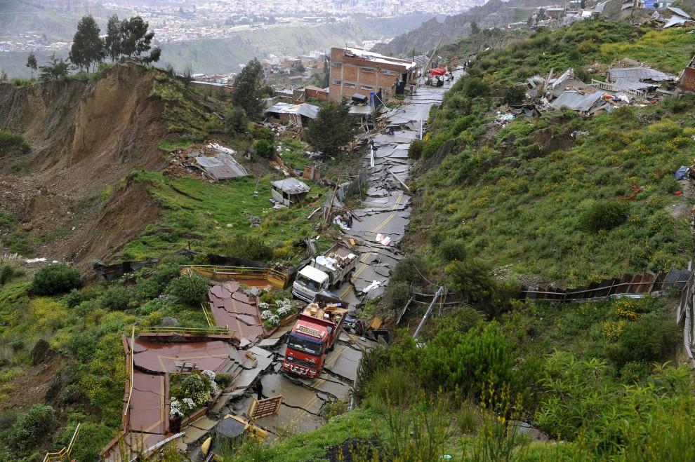 25. BOLIWIA, La Paz, 27 lutego 2011: Mieszkańcy starają się wywieźć uratowany dobytek z domów zniszczonych przez osuwającą się ziemię. AFP PHOTO/Aizar Raldes