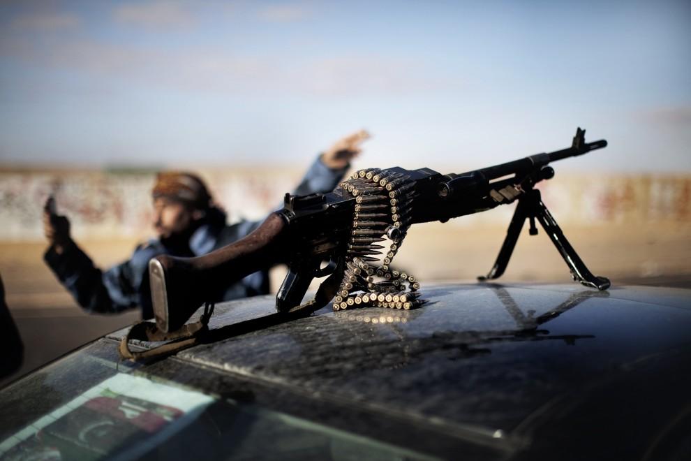 25. LIBIA, Ras Lanuf, 6 marca 2011: Karabin maszynowy na dachu samochodu w pobliżu kontrolowanego przez rebeliantów Ras Lanuf. AFP PHOTO / MARCO LONGARI