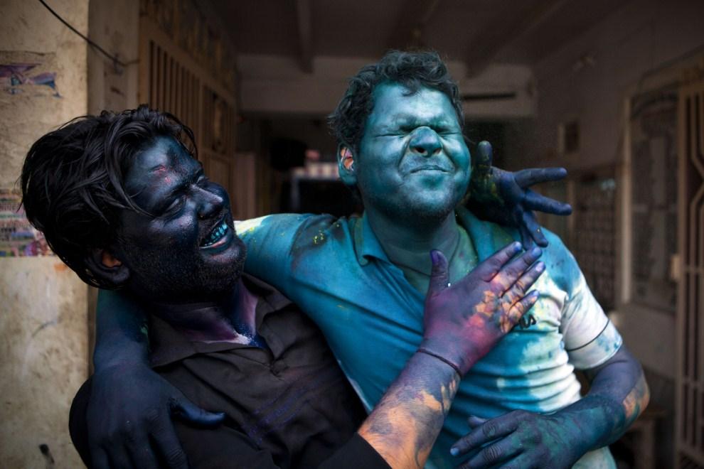 25. INDIE, Vrindavan, 21 marca 2011: Mężczyźni ubrudzeni kolorowymi barwnikami. (Foto: Majid Saeedi/Getty Images)
