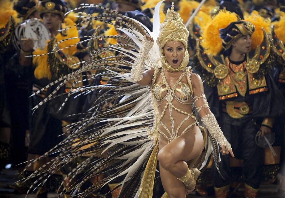 25. BRAZYLIA, Sao Paulo, 5 marca 2011: Modelka – Sabrina Sato – bawi się razem z tancerzami szkoły  Grupo Especial Gavioes da Fiel. EPA/SEBASTIAO MOREIRA