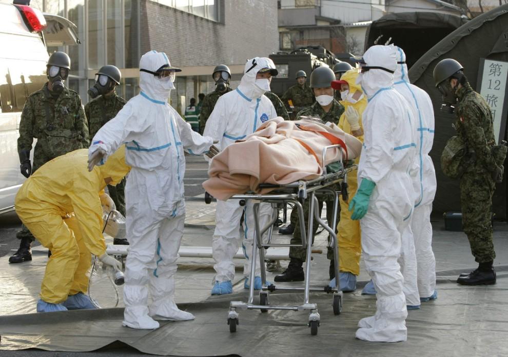 26. JAPONIA, Nihonmatsu, 13 marca 2011: Ratownicy transportują osobę podejrzaną o napromieniowanie. AFP PHOTO / JIJI PRESS