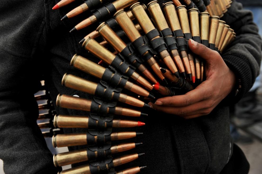 26. LIBIA, Ras Lanuf, 4 marca 2011: Rebeliant z pasem amunicji. AFP PHOTO/ROBERTO SCHMIDT