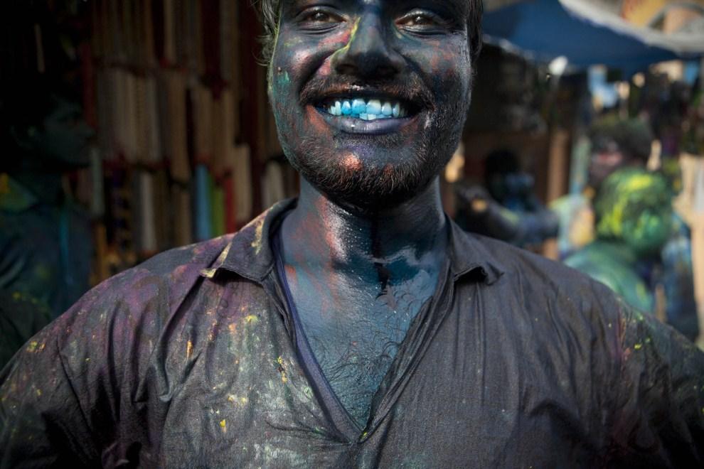 26. INDIE, Vrindavan, 21 marca 2011: Mężczyzna uczestniczący w obchodach holi. (Foto: Majid Saeedi/Getty Images)