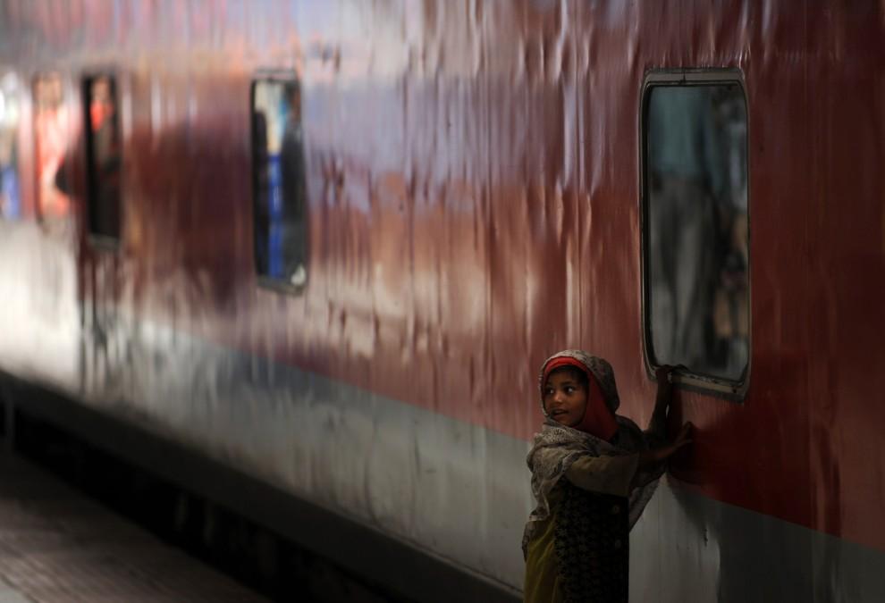 27. INDIA, Siliguri, 25 lutego 2011: Dziecko na dworcu kolejowym  New Jalpaiguri. AFP PHOTO/Diptendu DUTTA