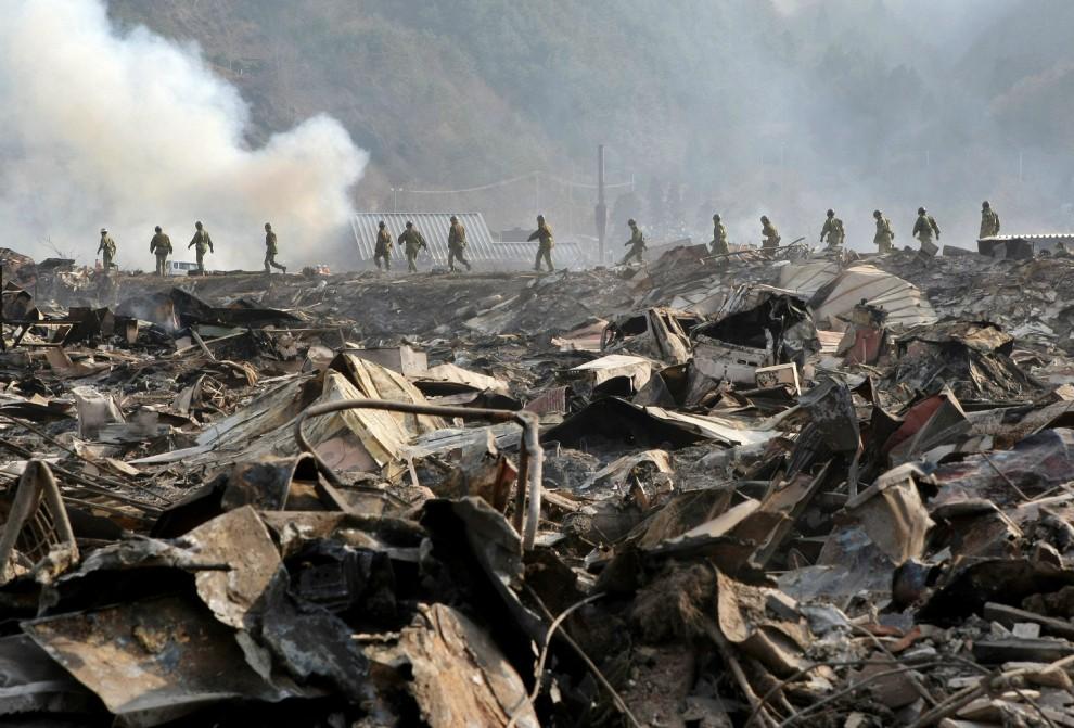 27. JAPONIA, Otsuchi, 13 marca 2011: Ratownicy szukający zaginionych osób w mieście Otsuchi. AFP PHOTO / JIJI PRESS