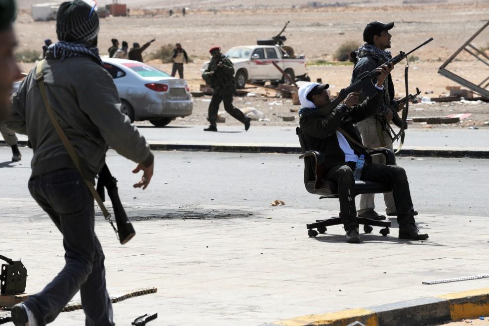 27. LIBIA, Ras Lanuf, 8 marca 2011: Rebelianci ostrzeliwują samoloty lojalistów. AFP PHOTO/ROBERTO SCHMIDT