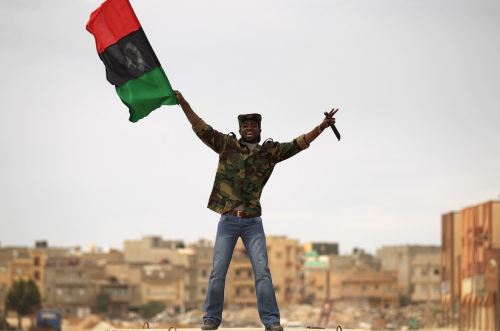 26. LIBIA, Benghazi , 19 marca 2011: Rebeliant na ulicy w Benghazi. AFP PHOTO/PATRICK BAZ