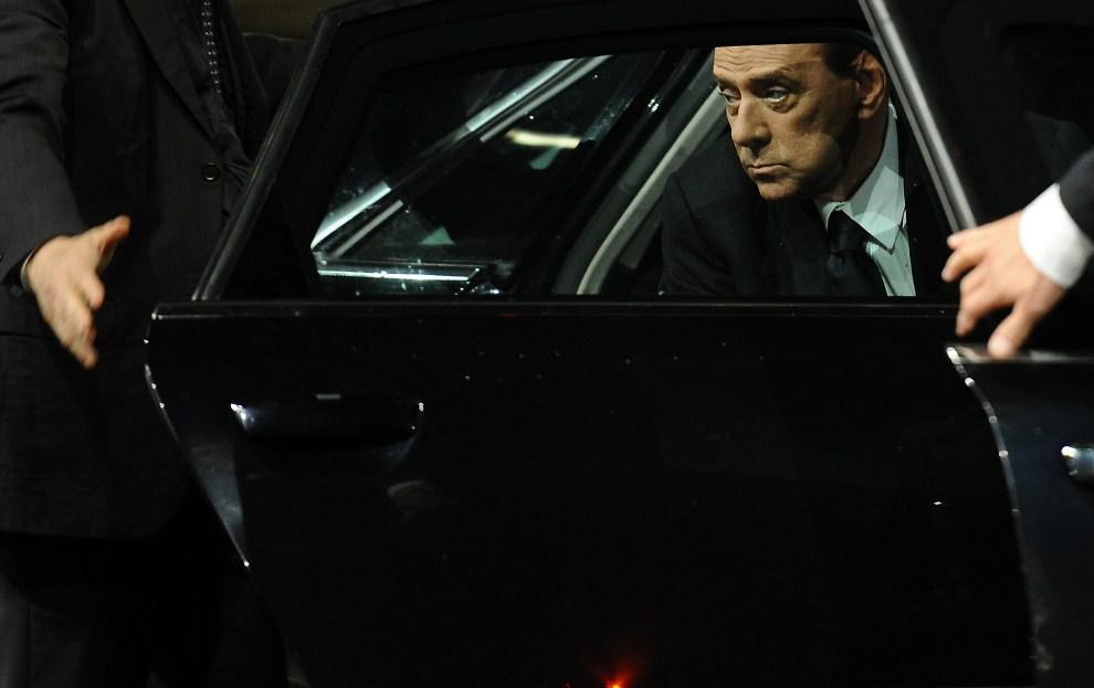 27. WŁOCHY, Rzym, 17 marca 2011: Silvio Berlusconi wysiada z samochodu przed budynkiem opery. AFP PHOTO / Vincenzo PINTO