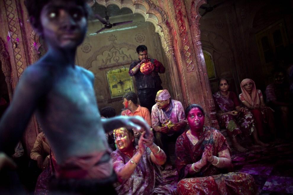 27. INDIE, Vrindavan, 21 marca 2011: Wierni uczestniczący w świętowaniu holi. (Foto: Majid Saeedi/Getty Images)