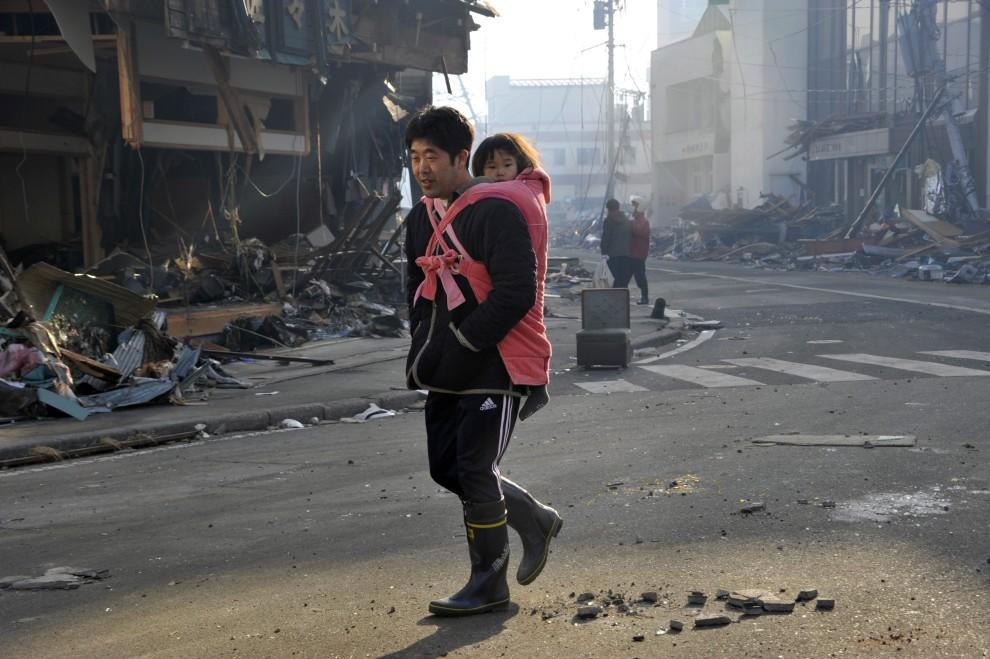 27. JAPONIA, Kesennnuma, 14 marca 2011: Mężczyzna z córką na ulicy w Kesennnuma. EPA/KIMIMASA MAYAMA