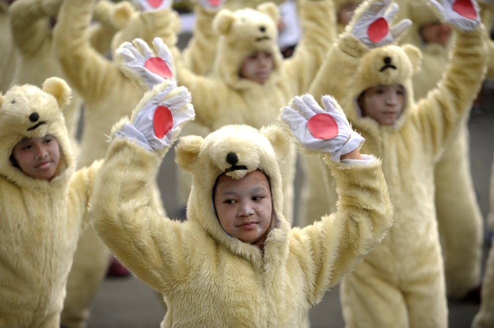 28. FILIPINY, Manila, 27 lutego 2011: Dzieci w przebraniu niedźwiedzi polarnych tańczą na balu promującym ekologię. AFP PHOTO/NOEL CELIS